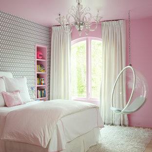 Modelo de dormitorio infantil de 4 a 10 años, clásico, de tamaño medio, con suelo de madera clara y paredes multicolor