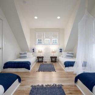 Ejemplo de dormitorio infantil costero con paredes blancas, suelo de madera clara y suelo beige
