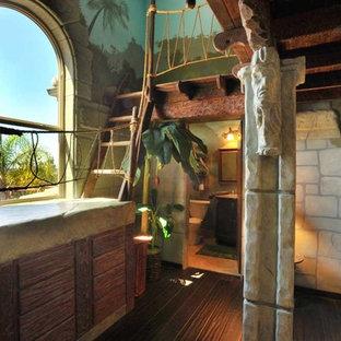 Exempel på ett stort exotiskt könsneutralt barnrum, med mörkt trägolv, flerfärgade väggar och brunt golv