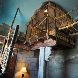 サクラメントの大きいトロピカルスタイルのおしゃれな子供部屋 (濃色無垢フローリング、マルチカラーの壁、児童向け、茶色い床) の写真