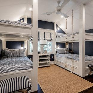 Mittelgroßes Maritimes Kinderzimmer mit blauer Wandfarbe, dunklem Holzboden, braunem Boden und Schlafplatz in Charleston
