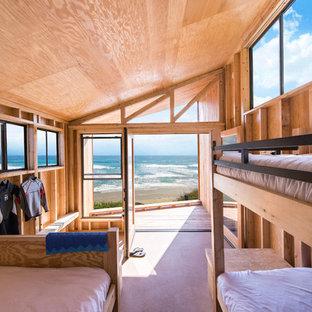 Exemple d'une chambre d'enfant bord de mer de taille moyenne avec un mur marron, un sol en bois clair et un sol marron.