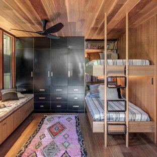 Esempio di una cameretta per bambini con soffitto in legno e pareti in legno