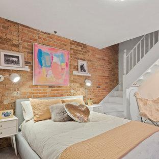 Ispirazione per una cameretta per bambini industriale con pareti rosa, moquette e pavimento grigio