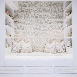 Immagine di una cameretta per bambini da 1 a 3 anni tradizionale con carta da parati e pareti bianche