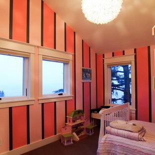 Immagine di una cameretta per bambini da 4 a 10 anni american style di medie dimensioni con pareti rosa e moquette