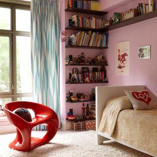 Пример оригинального дизайна: детская среднего размера в стиле фьюжн с спальным местом, розовыми стенами и ковровым покрытием для ребенка от 4 до 10 лет, девочки