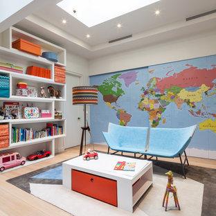 Inspiration för moderna könsneutrala barnrum kombinerat med lekrum, med ljust trägolv, beiget golv och flerfärgade väggar