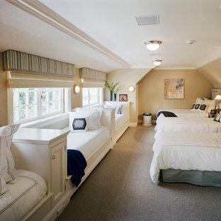 Foto di una cameretta per bambini da 4 a 10 anni chic di medie dimensioni con pareti beige, moquette e pavimento marrone
