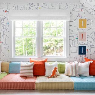 Esempio di una cameretta per bambini da 4 a 10 anni classica di medie dimensioni con pareti multicolore, parquet chiaro e pavimento marrone
