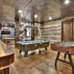 Idee per un'ampia cameretta per bambini stile americano con pareti marroni, pavimento in legno massello medio e pavimento marrone