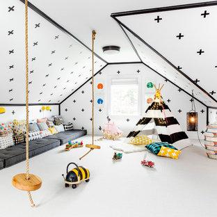 Пример оригинального дизайна: большая нейтральная детская с игровой в современном стиле с белыми стенами, ковровым покрытием и белым полом для ребенка от 4 до 10 лет
