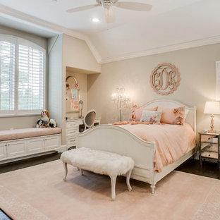 ダラスの中サイズの女の子用トラディショナルスタイルの子供部屋の寝室の画像 (グレーの壁、濃色無垢フローリング、ティーン向け、茶色い床)