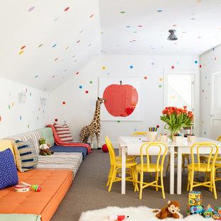 ニューヨークの巨大なトランジショナルスタイルのおしゃれな子供部屋 (マルチカラーの壁、カーペット敷き、児童向け、グレーの床) の写真