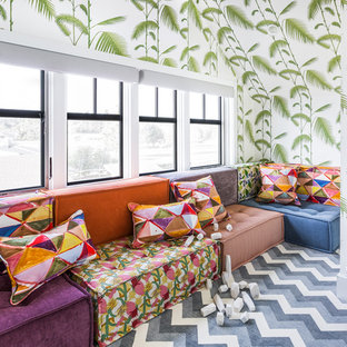Foto på ett maritimt könsneutralt barnrum kombinerat med lekrum och för 4-10-åringar, med flerfärgade väggar, heltäckningsmatta och flerfärgat golv