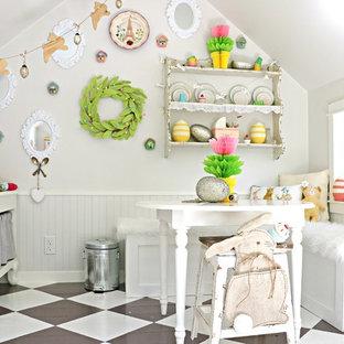 Foto di una cameretta per bambini da 4 a 10 anni stile shabby di medie dimensioni con pareti bianche, pavimento in legno verniciato e pavimento multicolore