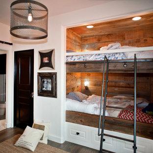 Esempio di una cameretta per bambini industriale di medie dimensioni con pareti bianche e parquet scuro