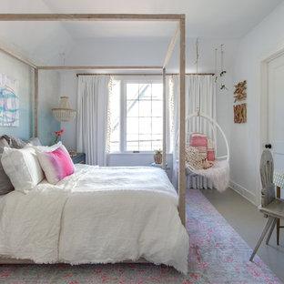 Diseño de dormitorio infantil actual con paredes azules, suelo de madera pintada y suelo blanco