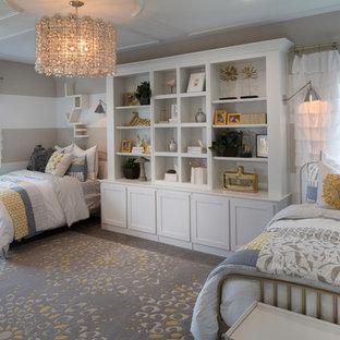 Esempio di una cameretta da letto classica con pareti beige, moquette e pavimento grigio