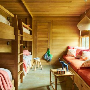 Exempel på ett maritimt könsneutralt barnrum kombinerat med sovrum, med bruna väggar och grönt golv