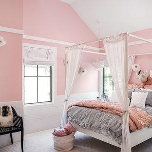 Country Jugendzimmer mit Schlafplatz, rosa Wandfarbe, Teppichboden und weißem Boden in Chicago