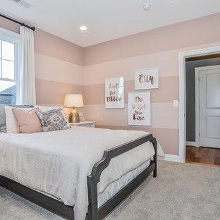 Foto di una cameretta per bambini chic di medie dimensioni con pareti rosa e moquette