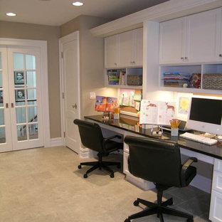 Ejemplo de habitación infantil unisex tradicional renovada, extra grande, con escritorio, paredes grises y suelo de baldosas de cerámica