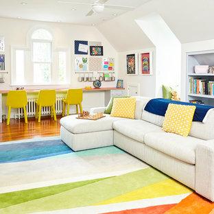 Immagine di una grande cameretta per bambini da 4 a 10 anni chic con pareti bianche, pavimento in legno massello medio e pavimento marrone