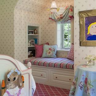На фото: детская среднего размера в стиле шебби-шик с спальным местом, разноцветными стенами и ковровым покрытием для ребенка от 4 до 10 лет, девочки с