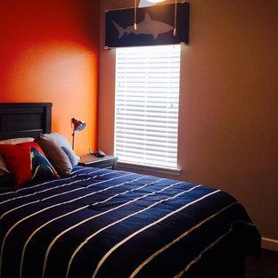 Exemple d'une chambre d'enfant chic de taille moyenne avec un mur orange, un sol en bois foncé et un sol marron.