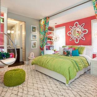 Foto di una grande cameretta per bambini tropicale con moquette e pareti multicolore