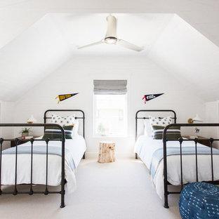 Esempio di una cameretta per bambini stile marino di medie dimensioni con pareti bianche, moquette e pavimento beige