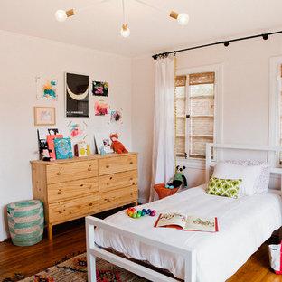 Ispirazione per una cameretta per bambini da 4 a 10 anni mediterranea di medie dimensioni con pareti rosa e parquet scuro