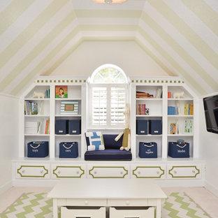 Inspiration för ett vintage könsneutralt barnrum kombinerat med lekrum och för 4-10-åringar, med vita väggar och heltäckningsmatta