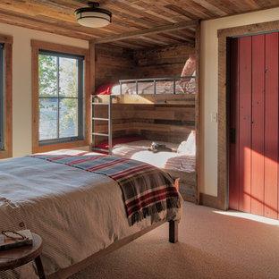 Idee per una cameretta da letto stile rurale con pareti beige, moquette e pavimento grigio