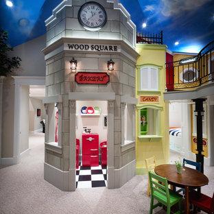 Esempio di una grande cameretta per bambini da 4 a 10 anni classica con pareti beige, moquette e pavimento beige