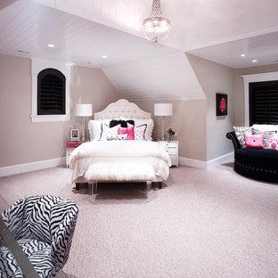 Inspiration för mycket stora klassiska barnrum kombinerat med sovrum, med beige väggar och heltäckningsmatta