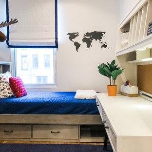 Esempio di una piccola cameretta per bambini da 4 a 10 anni eclettica con pareti grigie, pavimento in legno massello medio e pavimento marrone