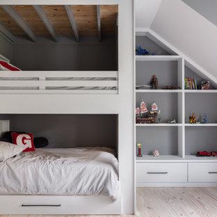 Idee per una cameretta per bambini country con pareti grigie, parquet chiaro, pavimento beige, travi a vista e soffitto in legno