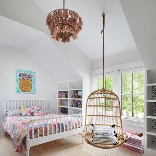 Пример оригинального дизайна: детская среднего размера в стиле кантри с белыми стенами, светлым паркетным полом, коричневым полом, сводчатым потолком и спальным местом для ребенка от 4 до 10 лет, девочки