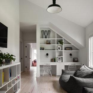 Aménagement d'une chambre d'enfant campagne de taille moyenne avec un mur blanc, un sol marron et un plafond voûté.