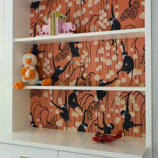 Modelo de dormitorio infantil de 4 a 10 años, moderno, de tamaño medio, con paredes grises y moqueta