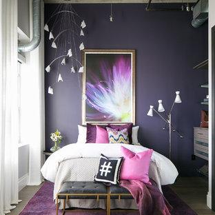 Modelo de dormitorio infantil industrial, de tamaño medio, con paredes púrpuras y suelo de madera oscura
