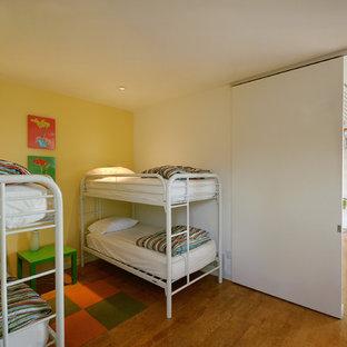 Cette image montre une chambre d'enfant design avec un sol en liège et un mur multicolore.