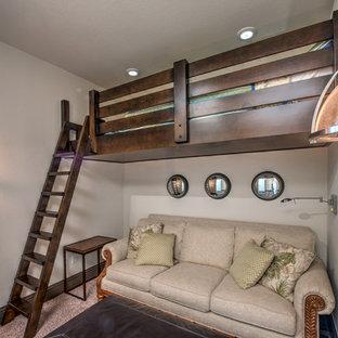 Exempel på ett litet exotiskt barnrum, med beige väggar, heltäckningsmatta och brunt golv