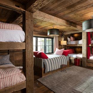 Ispirazione per una grande cameretta per bambini rustica con pavimento marrone, pareti marroni e parquet scuro