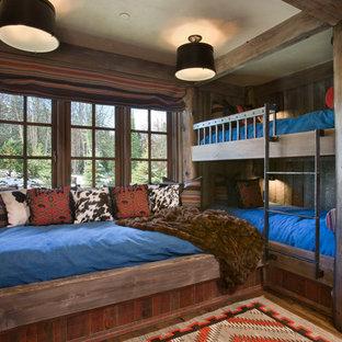 Imagen de dormitorio infantil rural con suelo de madera en tonos medios