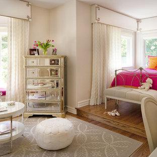 Idee per una cameretta per bambini da 4 a 10 anni boho chic di medie dimensioni con pavimento in legno massello medio e pareti rosa