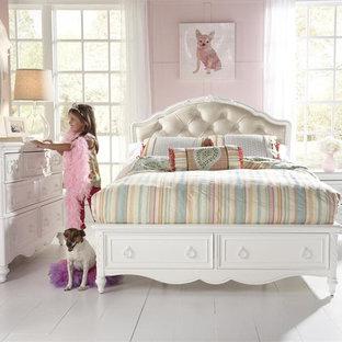 Ejemplo de dormitorio infantil tradicional con paredes púrpuras y suelo de baldosas de cerámica