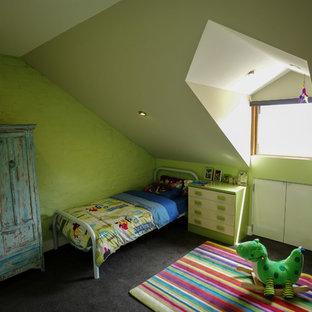 Foto di una piccola cameretta per bambini da 1 a 3 anni contemporanea con pareti verdi e moquette